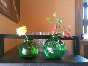 ガラスの一輪挿しに野の花を