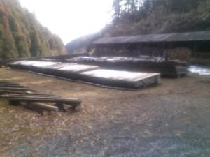 雪の残る薪置き場