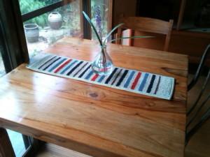 倉敷緞通のテーブルランナー